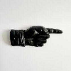 Hand pekar höger