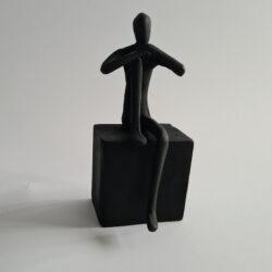 Statyett Man sittande